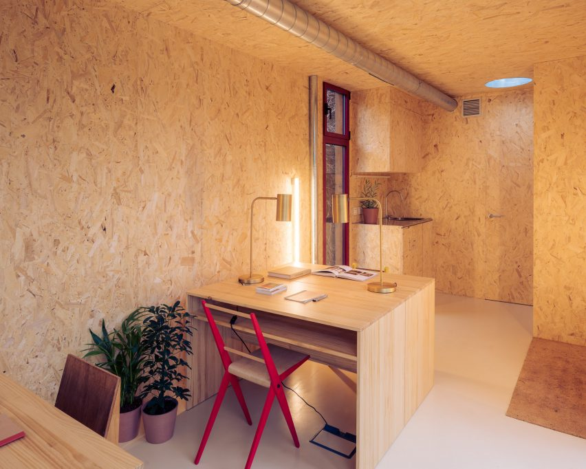 OSB-panelled walls of modular cabin by Delavegacanolasso