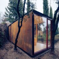 Corten steel interior of modular cabin by Delavegacanolasso