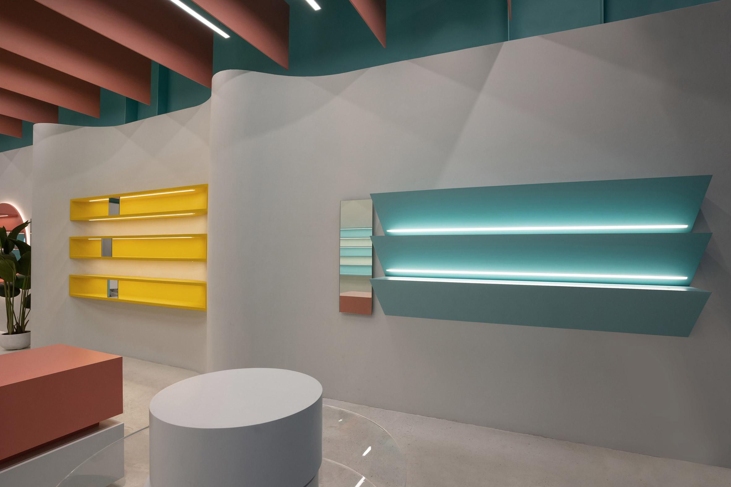 Undulating clay walls in Eyewa retail interior