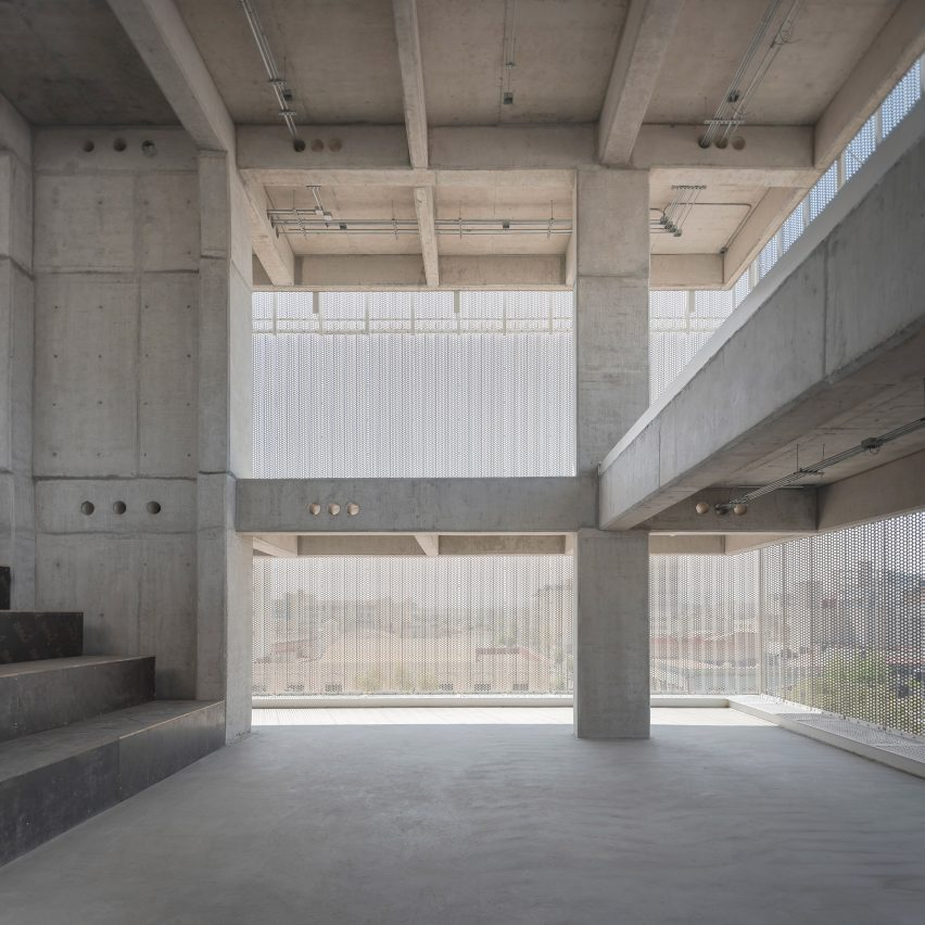 Estación San José interior feature concrete pillars and beams
