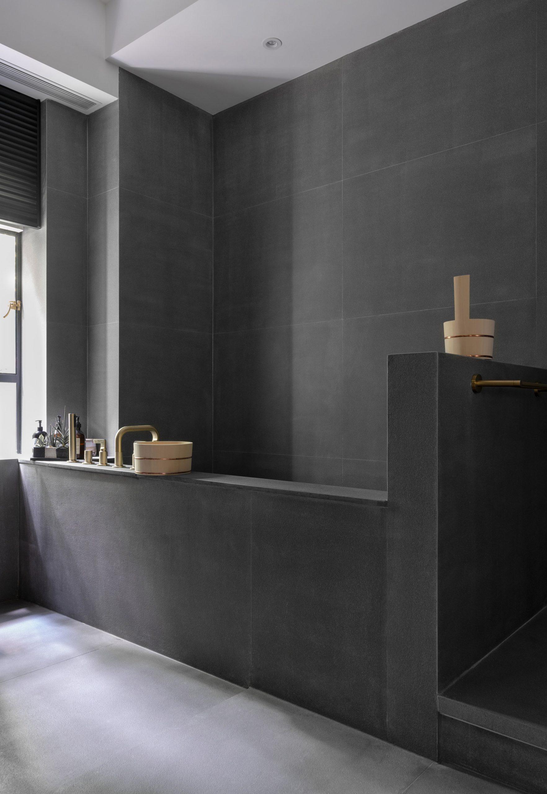 Acid-washed granite soaking tub in Grosvenor Residence by Lim + Lu