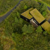 An aerial view of a green-roofed holiday home by KRADS