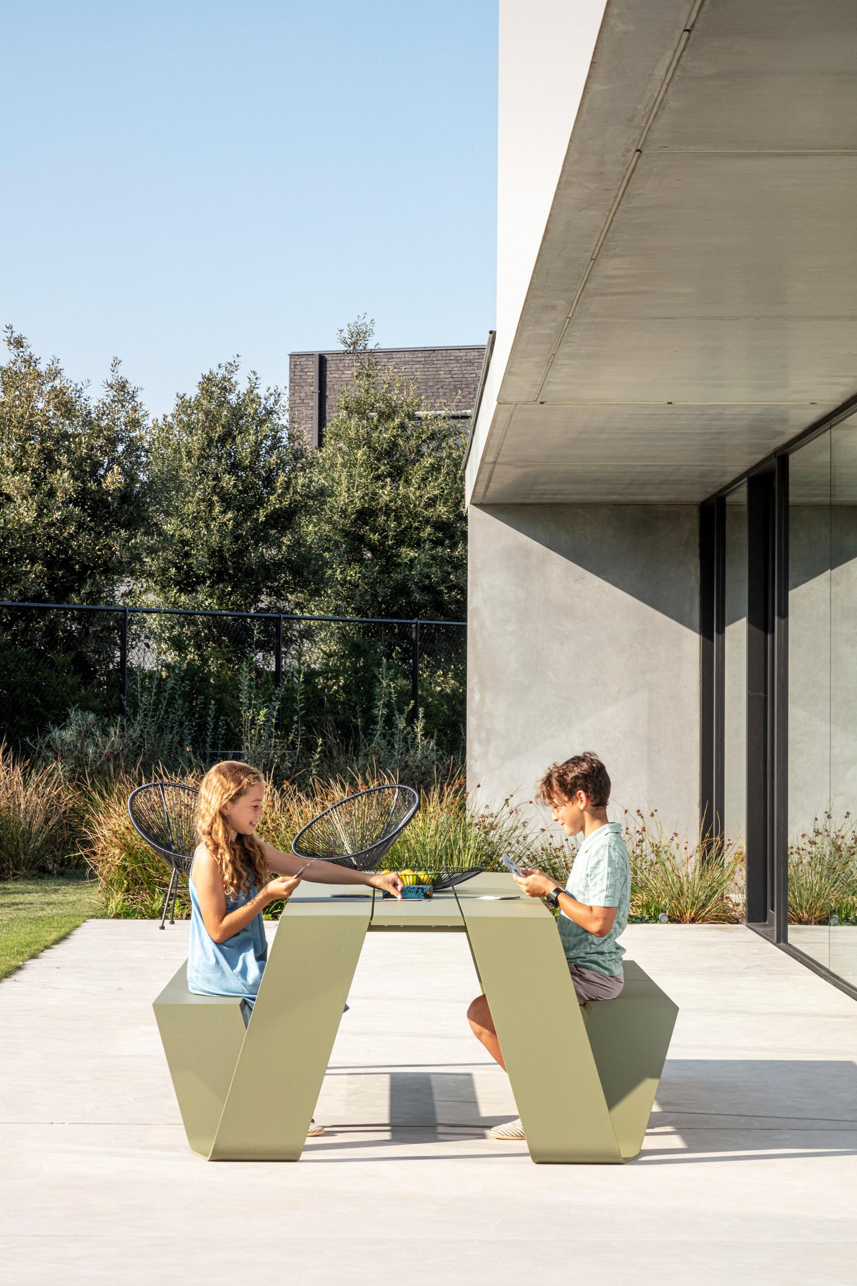 Aluminium picnic table called Hopper