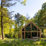 Woonpioneers hides prefabricated Indigo cabin within Dutch forest