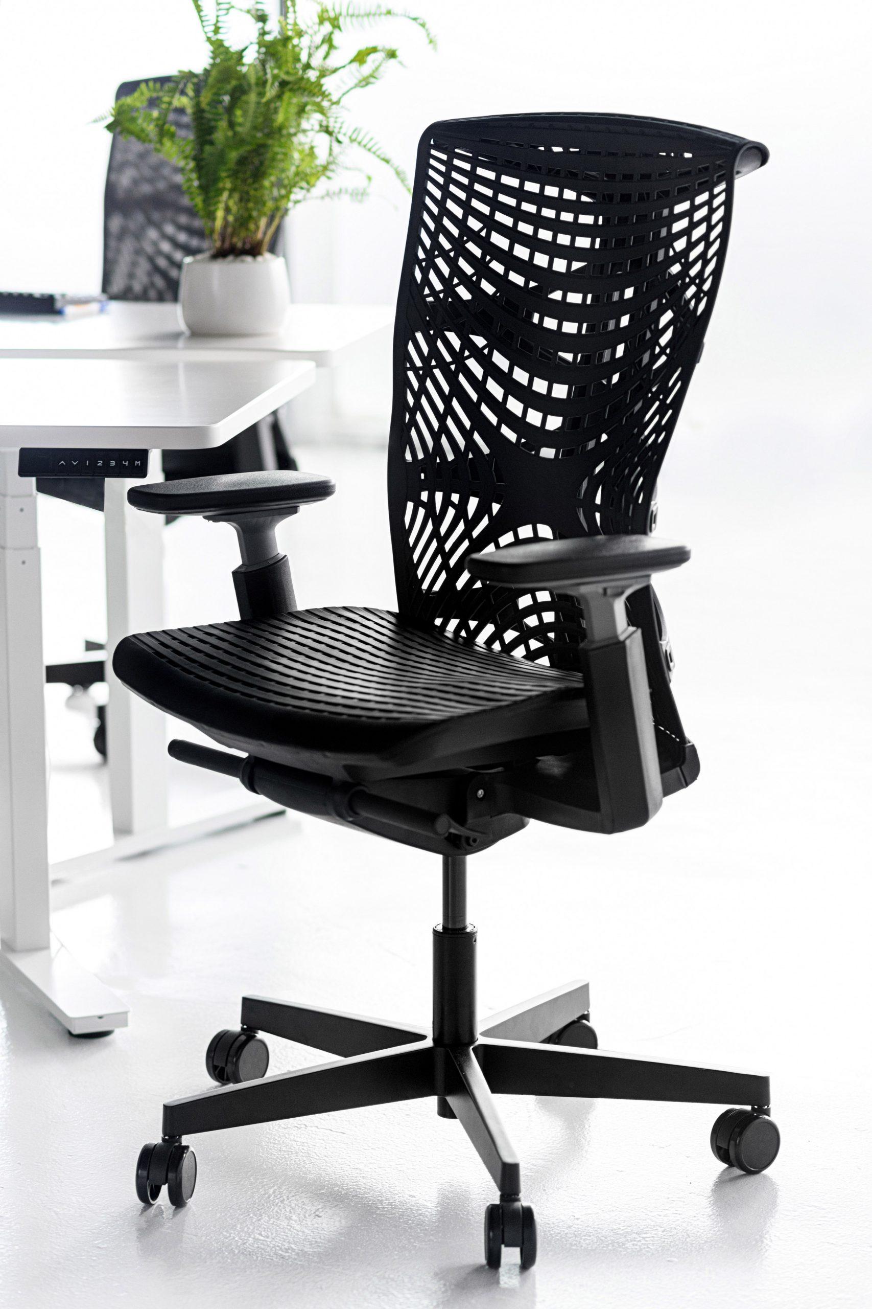 Kinn Chair in black