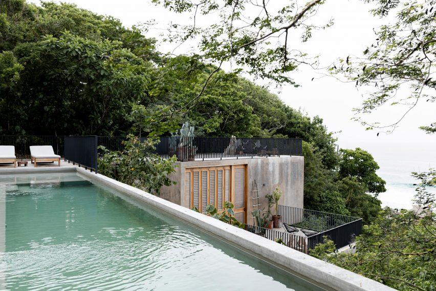 A roof terrace with sea views by Em-Estudio