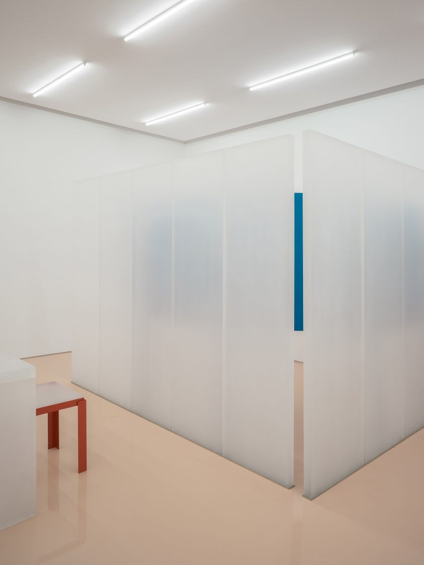 Frosted resin room divider in Lika Lab boutique