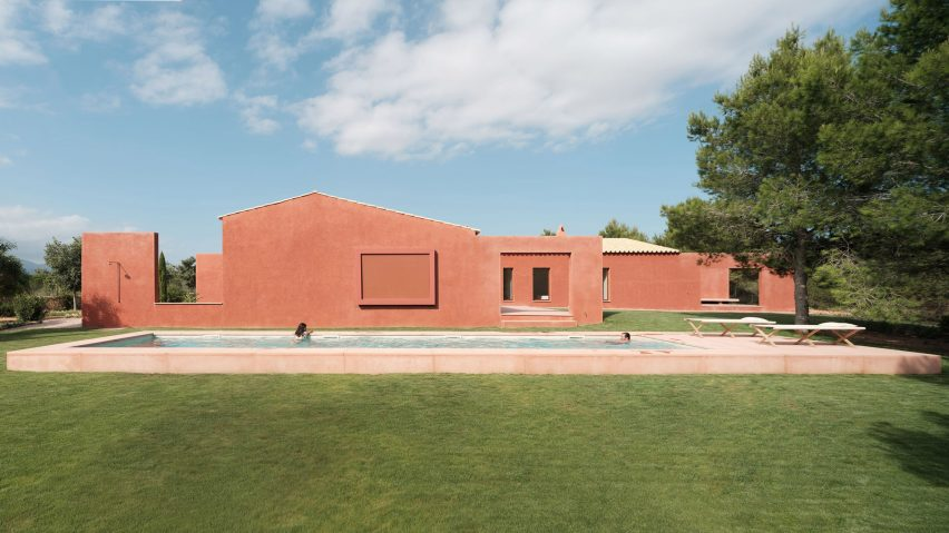 A Mallorcan holiday home with facades covered in red-coloured mortar