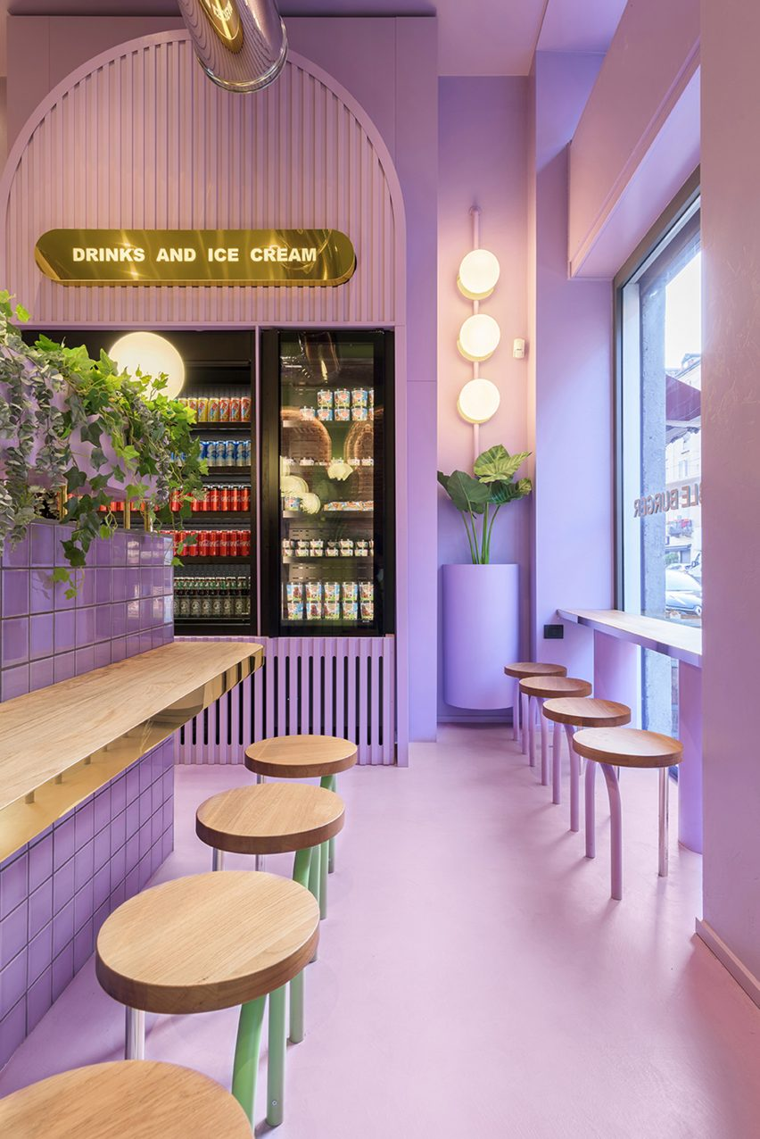 Lilac-coloured seating area with fridges in Bun restaurant by Masquespacio