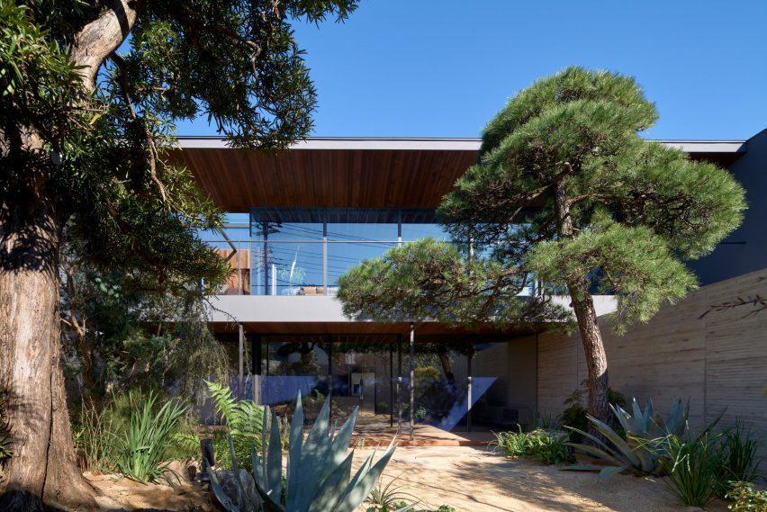 Glazed walls look into the garden by Apollo Architects & Associates