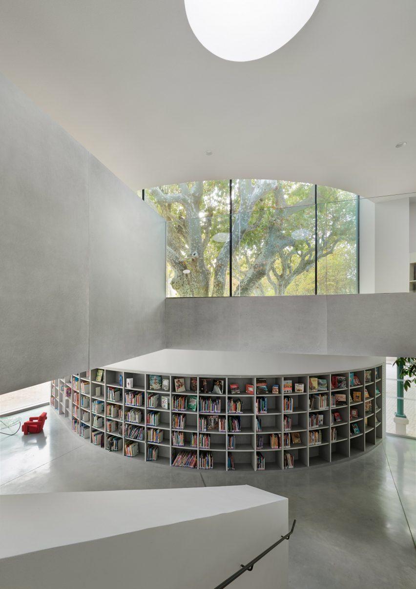 It has double height spaces by Dominique Coulon & Associés