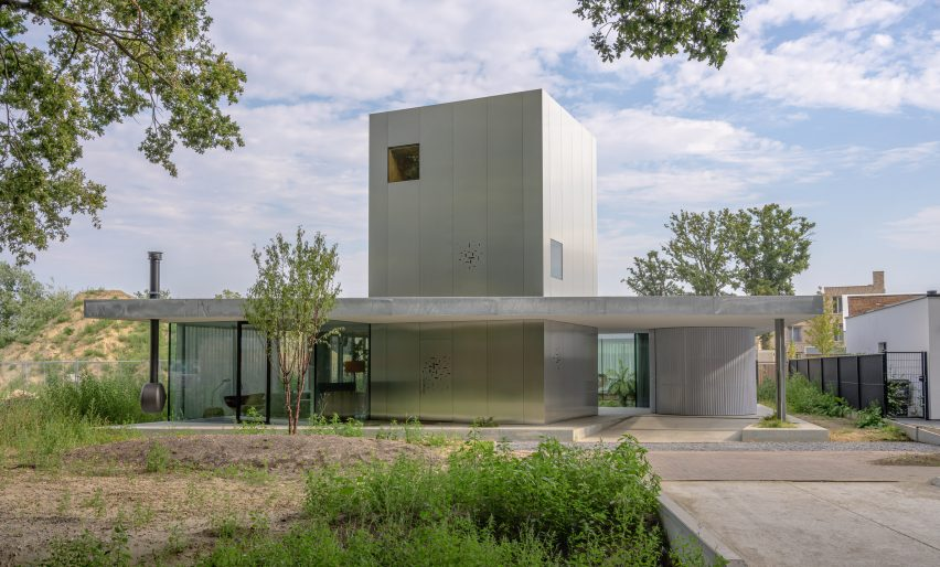 A low-lying house with an industrial material palette