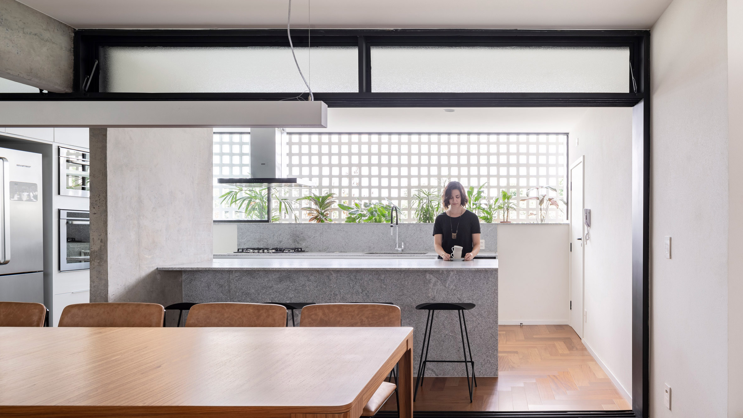 Apartment in Brasilia with lattice-like wall to let in light