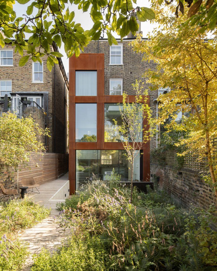 A London extension clad in weathering steel