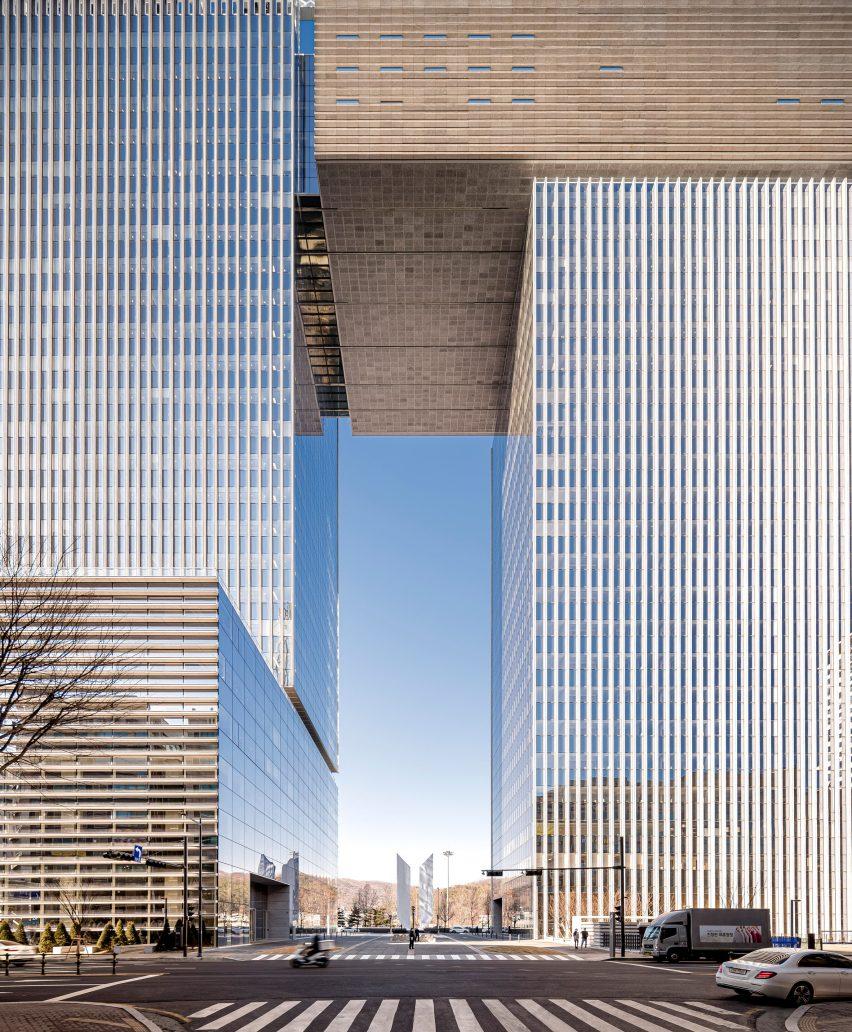 Gateway-shaped skyscraper