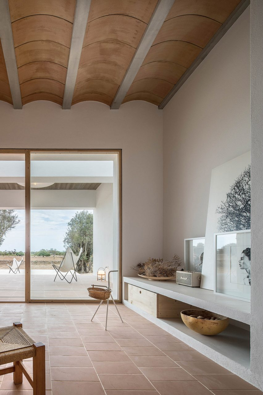 It has a ceramic vaulted ceiling by Maria Castello