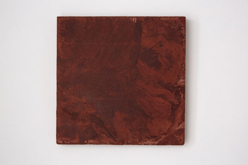 Dark red, marbled tile made from bio-concrete by Irene Roca Moracia and Brigitte Kock