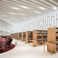 "JKMM Architects extends 1980s library to create ""public living room"" for Kirkkonummi"