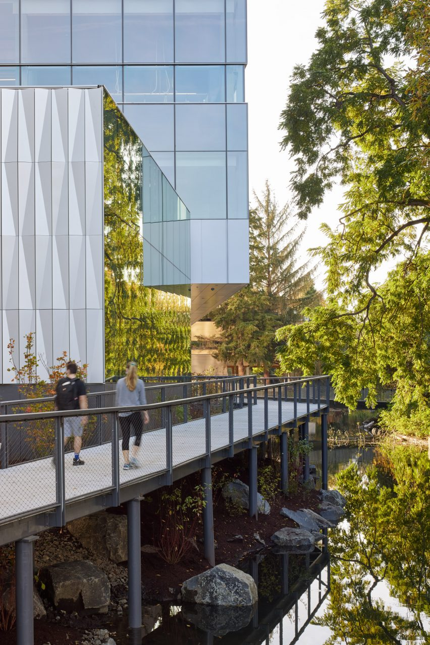 Glazed exterior and pedestrian bridge of Oregon university