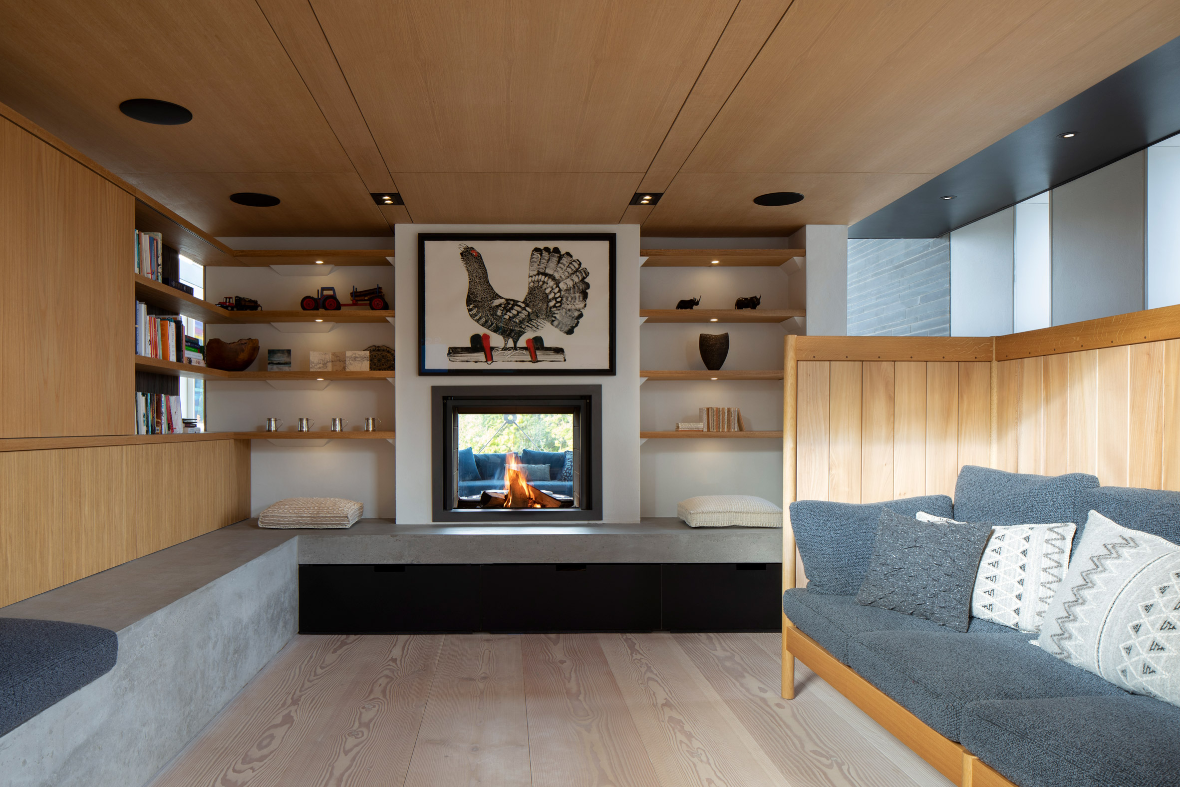 Snug with see-through fireplace