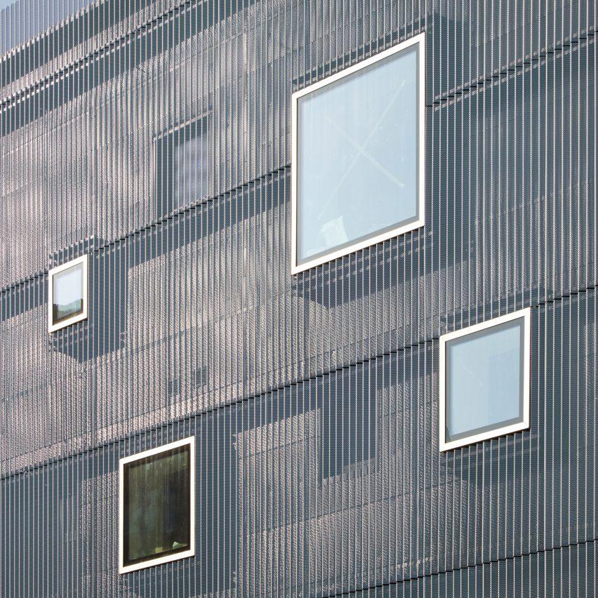 Windows in aluminium facade