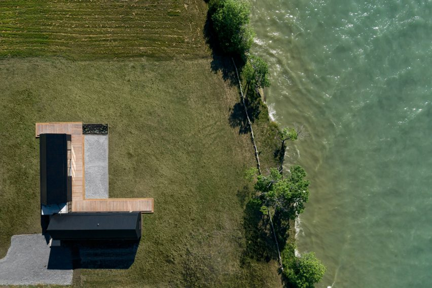Ravi Handa Architect and AAmp Studio designed the property to be L-shaped