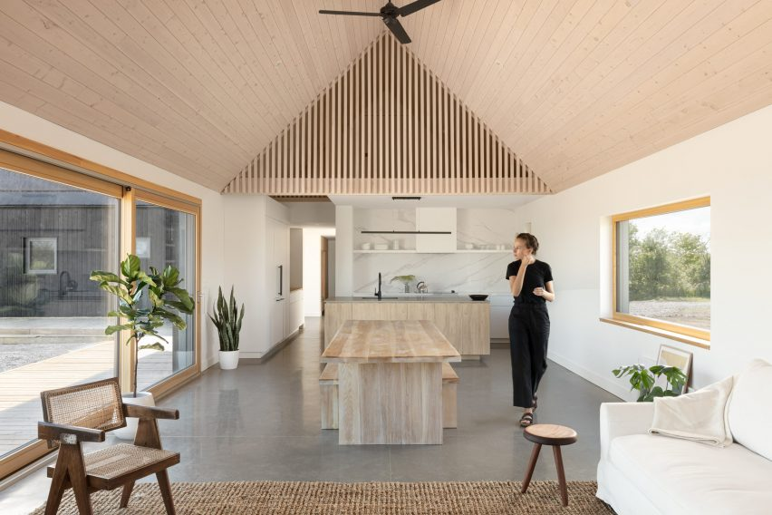 Ravi Handa Architect collaborated with AAmp Studio on the house