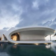 A white concrete library in Hainan