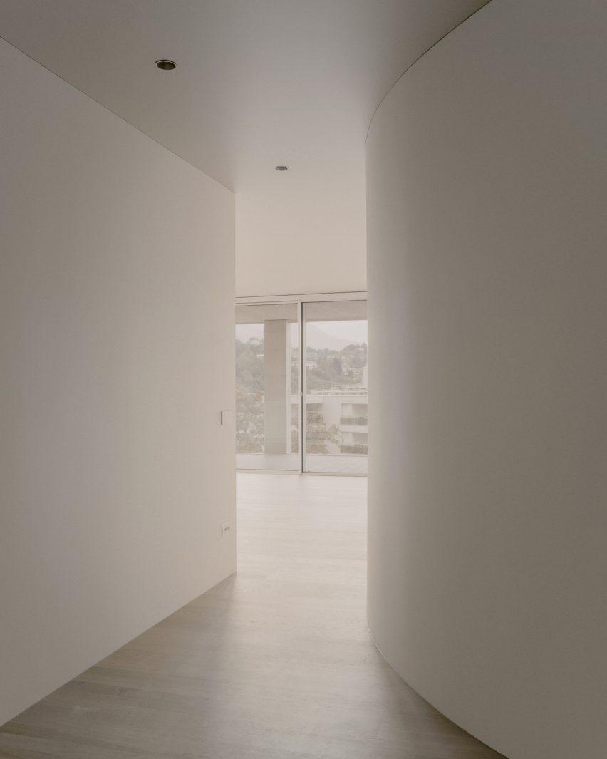 Geschwungene Wände bieten Einblicke in die Außenseite