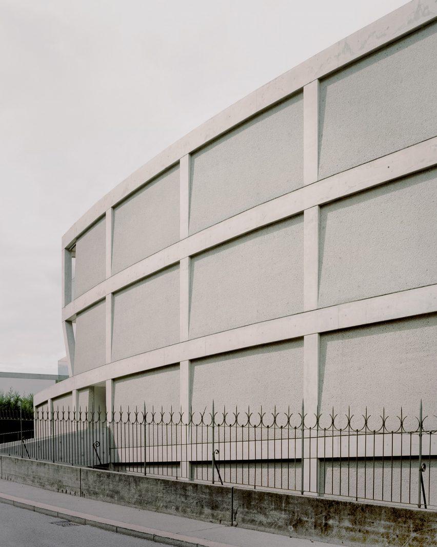 Es hat eine Gitterfront mit buschgehämmerten Paneelen von DF_DC