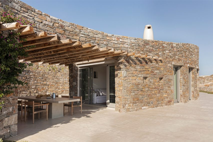 Facade of Xerolithi house by Sinas Architects