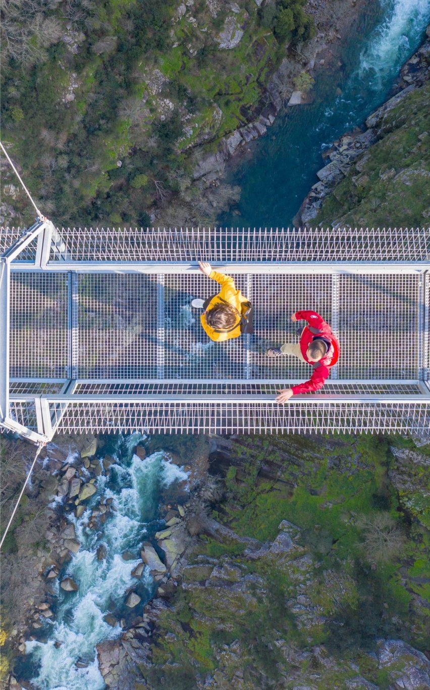 The suspension bridge crosses the Pavia river