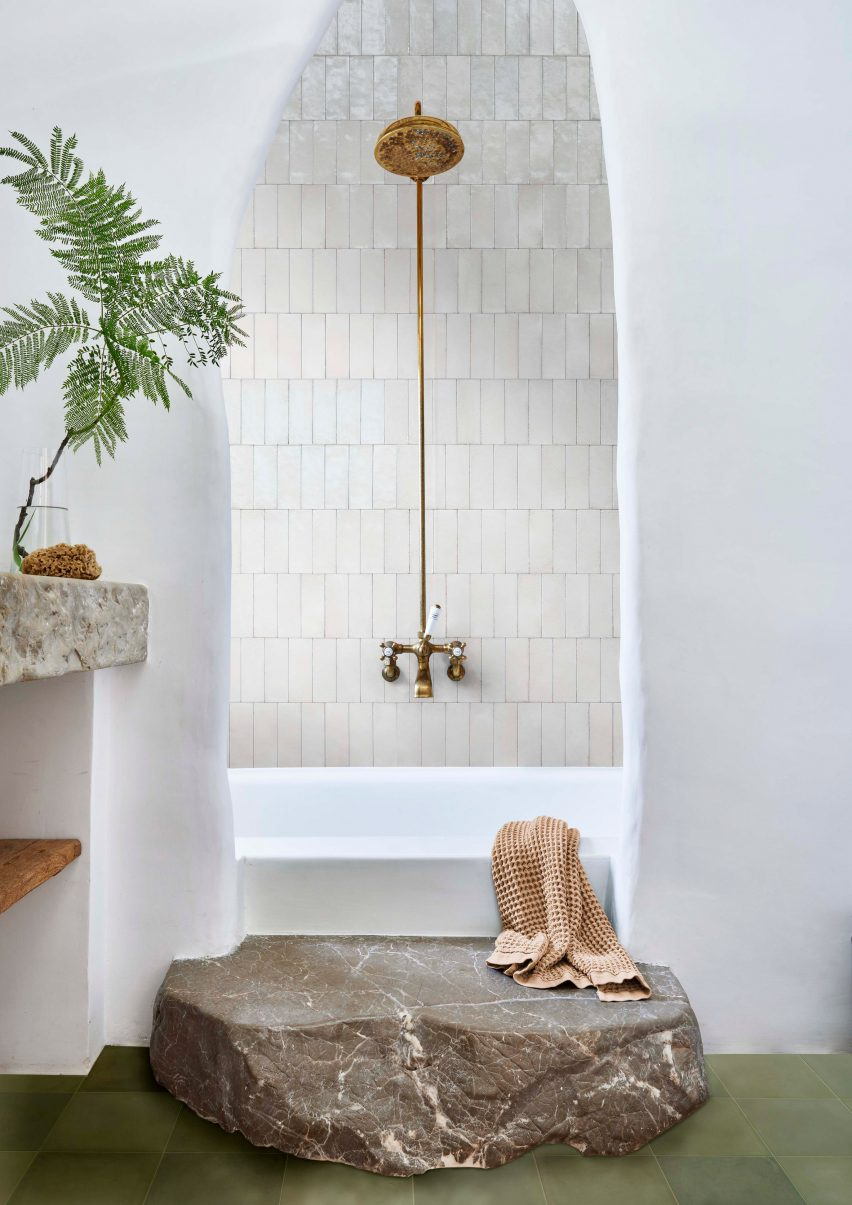 Bathroom with mix of white plaster and tiles