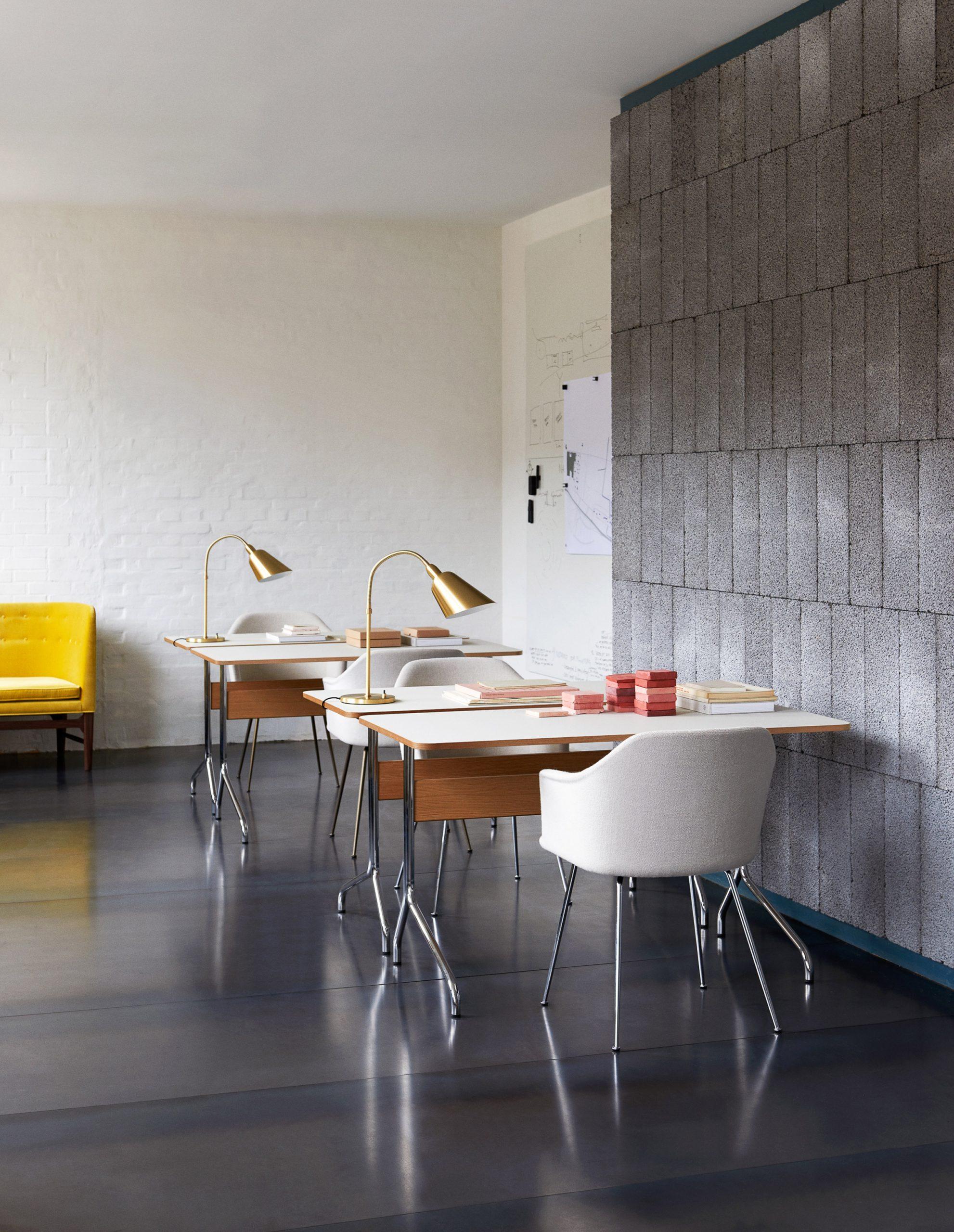 Four white and oak veneered Pavilion AV16 desks in an office setting