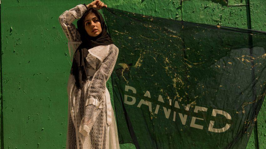 席琳·西蒙·弗农(Celine Simon Vernon)在库珀·休伊特(Cooper Hewitt)举办的当代伊斯兰时装秀上为慢速工厂(Slow Factory)禁用的围巾