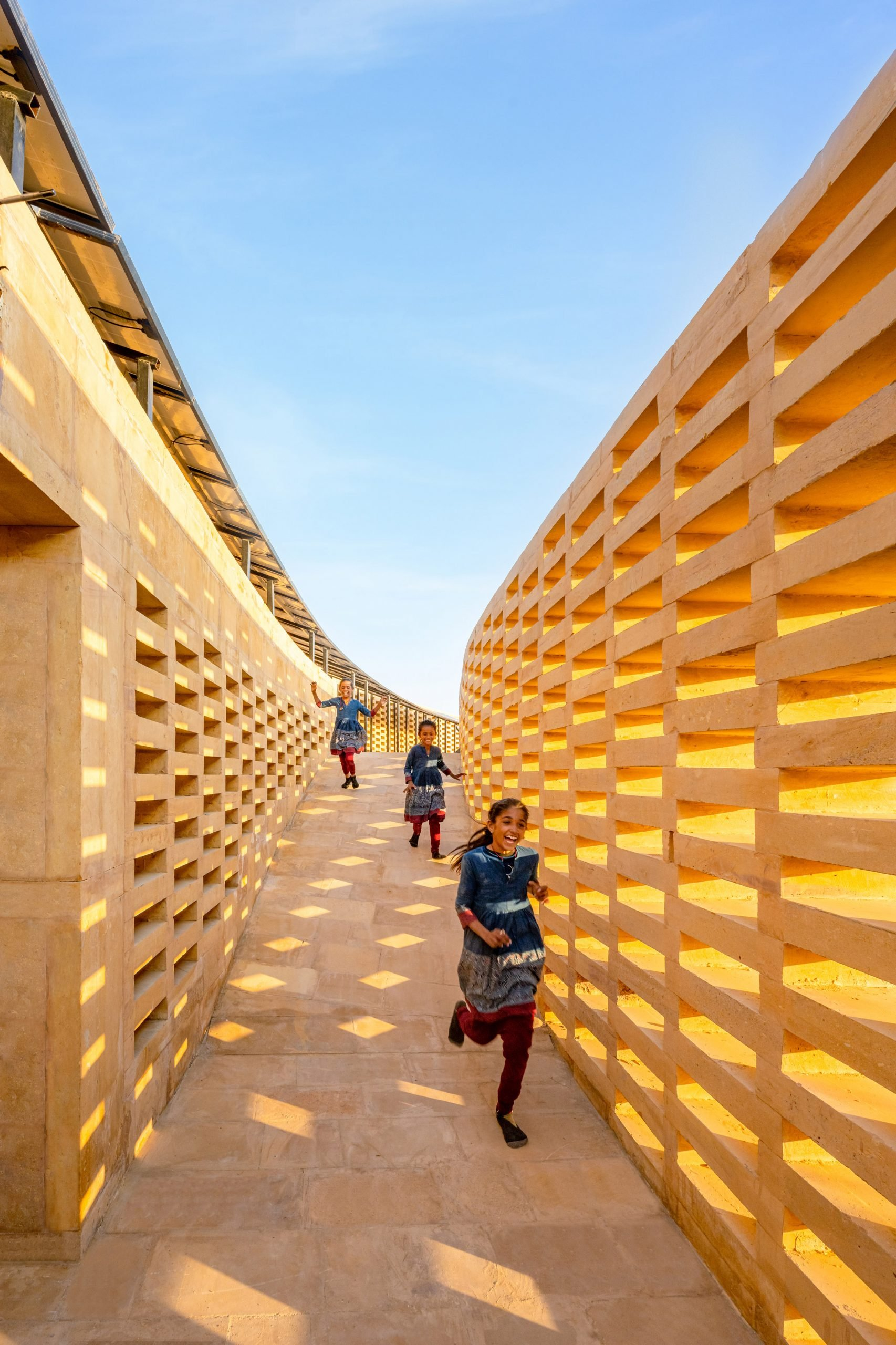 Perforated walls conceal a walkway to the roof by Diana Kellogg Architects