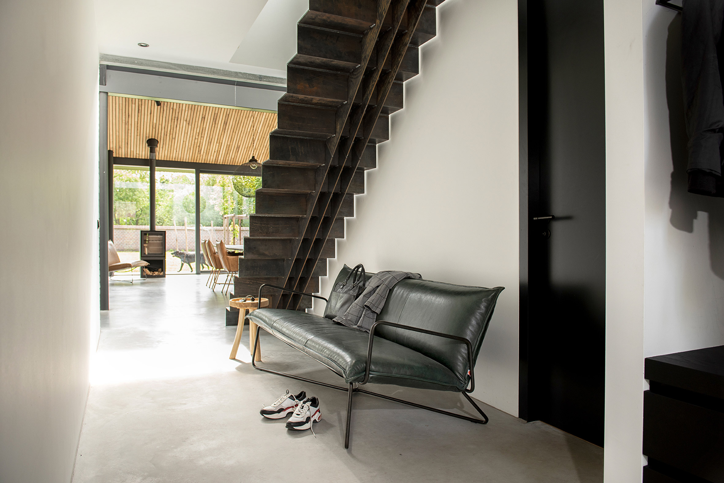 Earl lounge chair in black leather