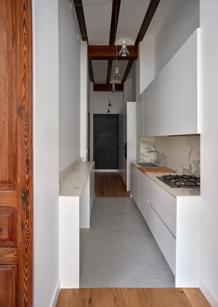 Galley kitchen in a Valencian townhouse by DG Arquitecto