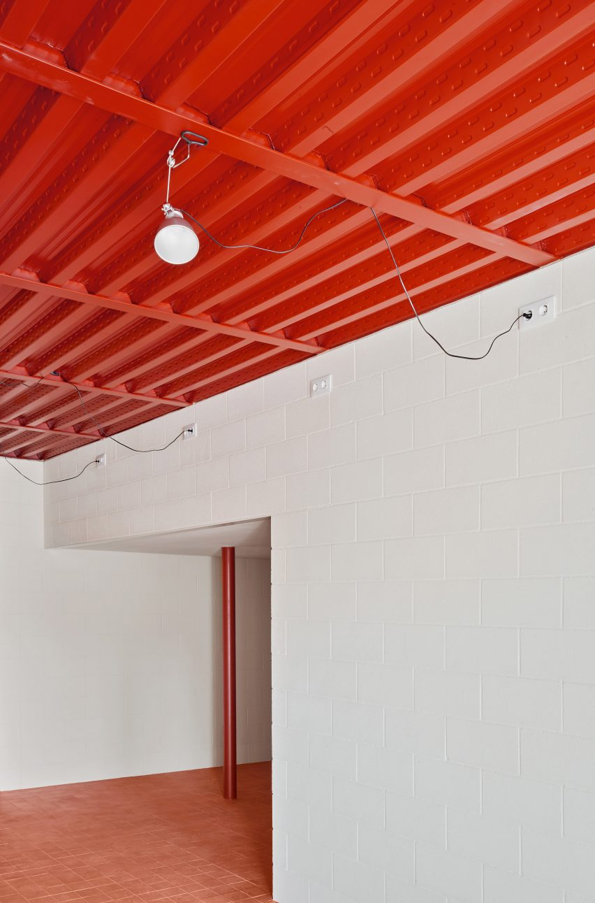 Bedroom with red ceiling in House in Sant Antoni de Vilamajor by Arquitectura-G