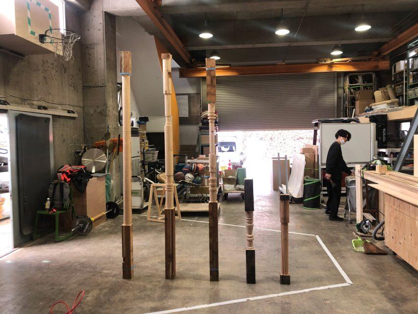 Tiang kayu di bengkel