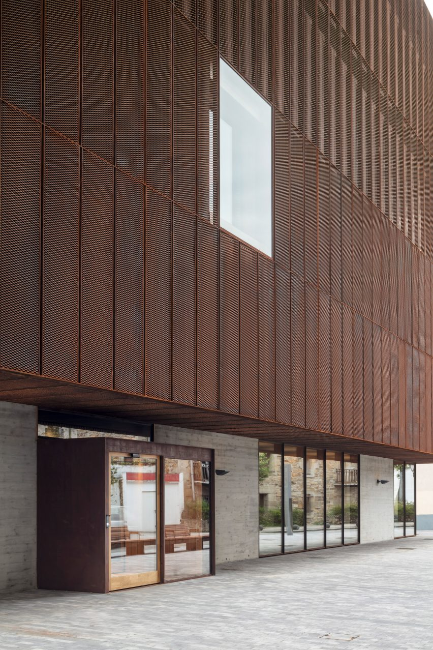 The building cantilevers over an entrance to the Zubiaur Musika Eskola