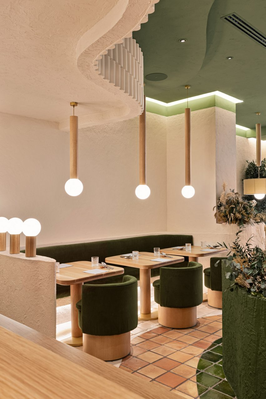Masquespacio injected green accents into the restaurant