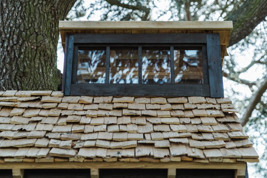 Roof shingles made of cleft wood shakes