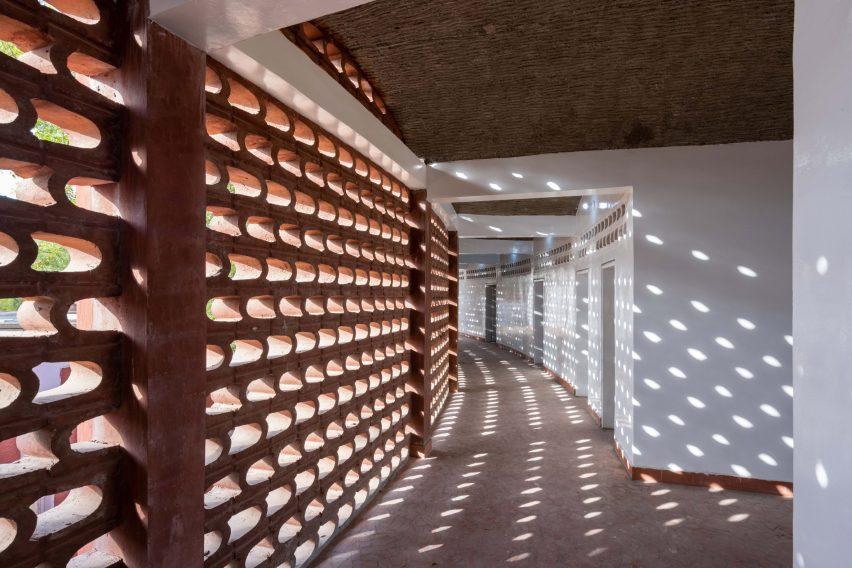 Lattice-like brick walls