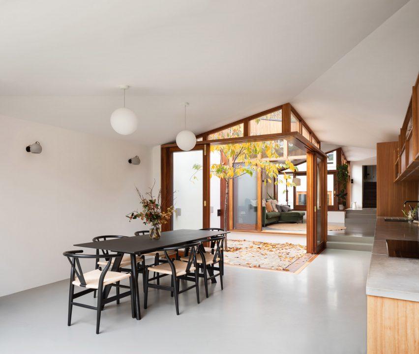 Dapur dan ruang makan A Cloistered House