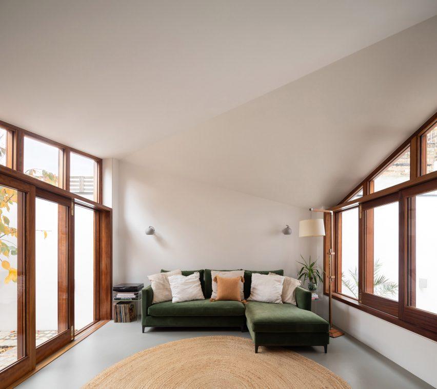 Sebuah ruang keluarga yang diapit oleh dua halaman