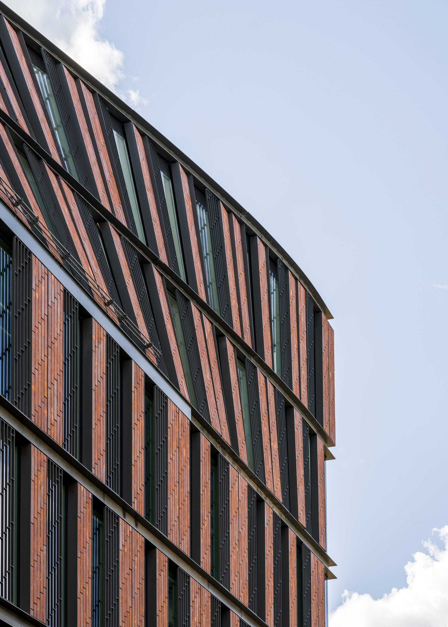 Black steel was used between brick on the Nybrogatan 17 office block