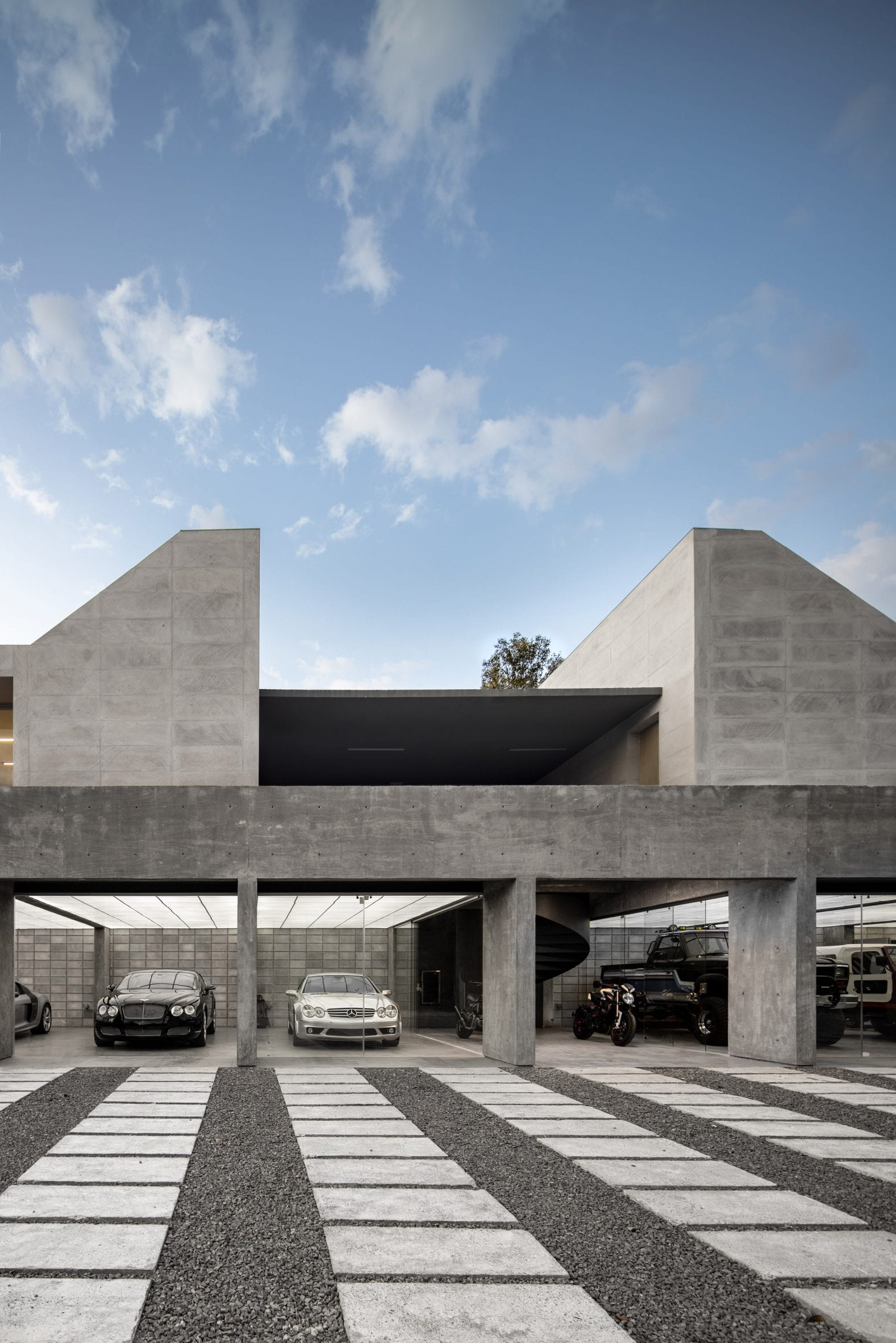 Concrete and glass pavilion in Mexico for a car collection