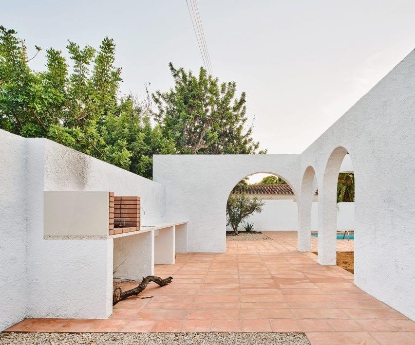 White arches surround a grill at Las 3 Marías