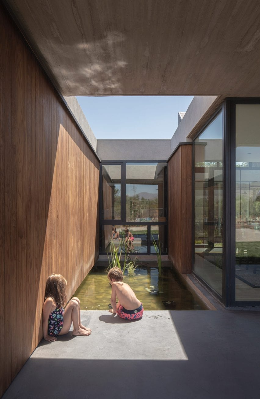 Pool courtyard open to the sky modernist home by Duque Motta & AA